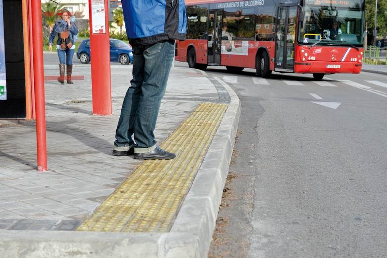 El Ayuntamiento de Valdemoro mejora la accesibilidad de las paradas de autobús