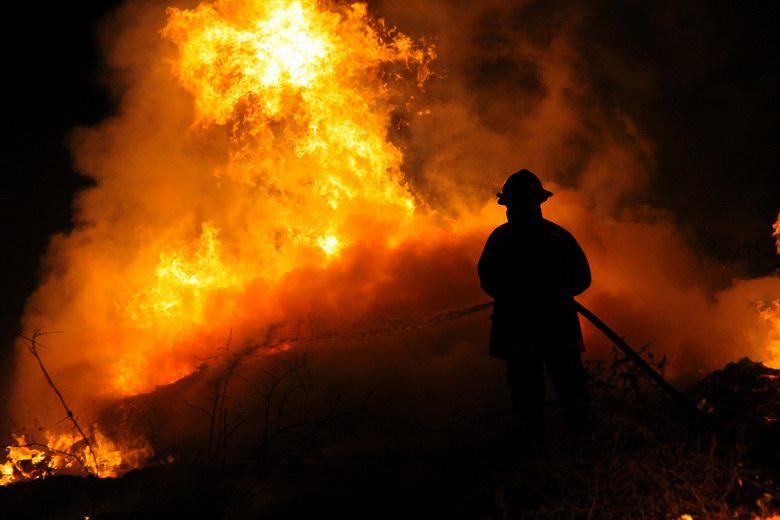 Los bomberos sofocan un incendio en un chalé de tres plantas en Humanes de Madrid
