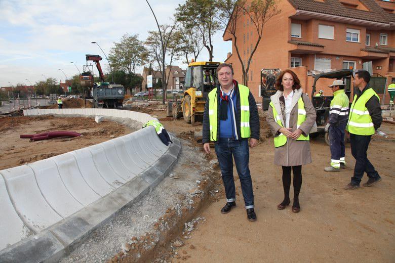 Juan Soler visita las obras de una nueva rotonda en el Sector 3 de Getafe