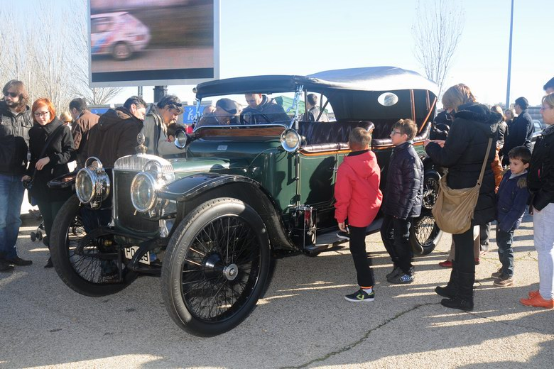 200 vehículos de época participaron en la I concentración de coches clásicos de Coslada