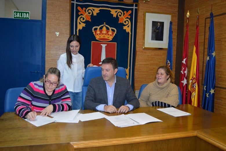 El alcalde de Humanes, José Antonio Sánchez, firma un convenio para fomentar las actividades de los niños con necesidades especiales