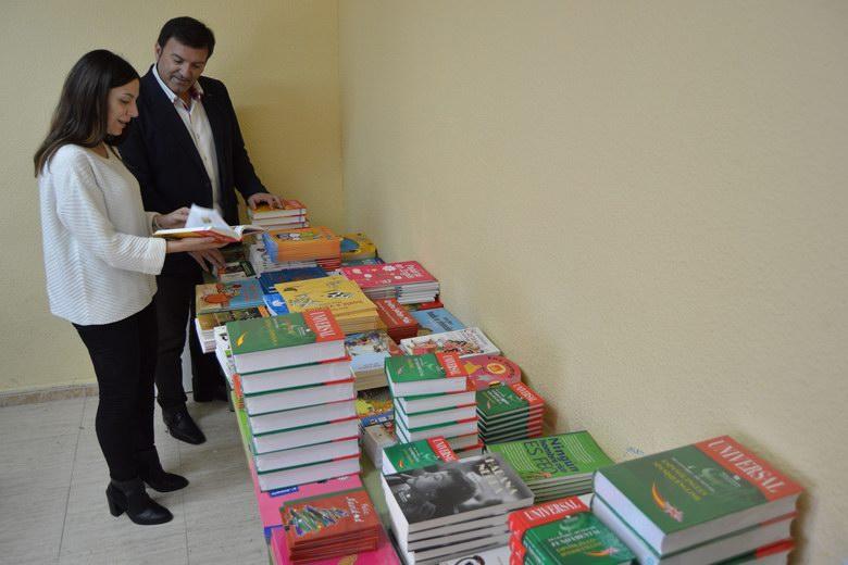 La Fundación Seur dona más de 500 libros a los centros educativos de Humanes