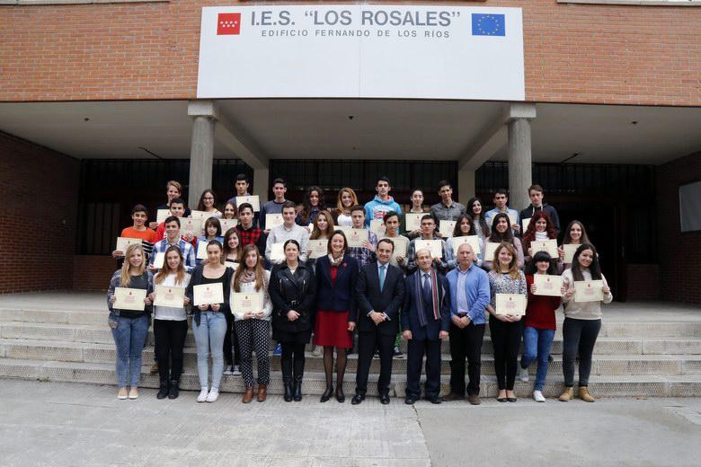 El Alcalde de Móstoles, Daniel Ortiz, visita a los alumnos del Bachillerato de Excelencia del Instituto Los Rosales