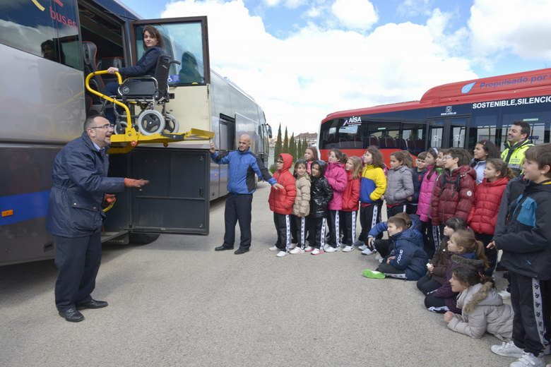 El Ayuntamiento de Valdemoro y AISA enseñan a los escolares a utilizar los autobuses
