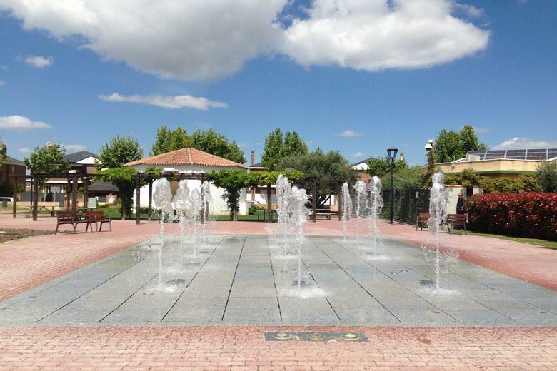 La fuente del Parque del Olivar de Sevilla La Nueva invita a los vecinos a refrescarse del calor