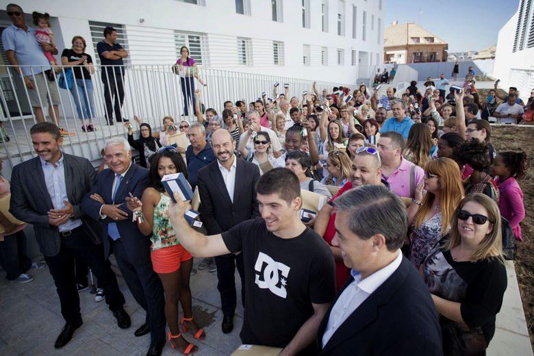 La Comunidad de Madrid entrega 113 viviendas públicas a familias madrileñas en Arroyomolinos