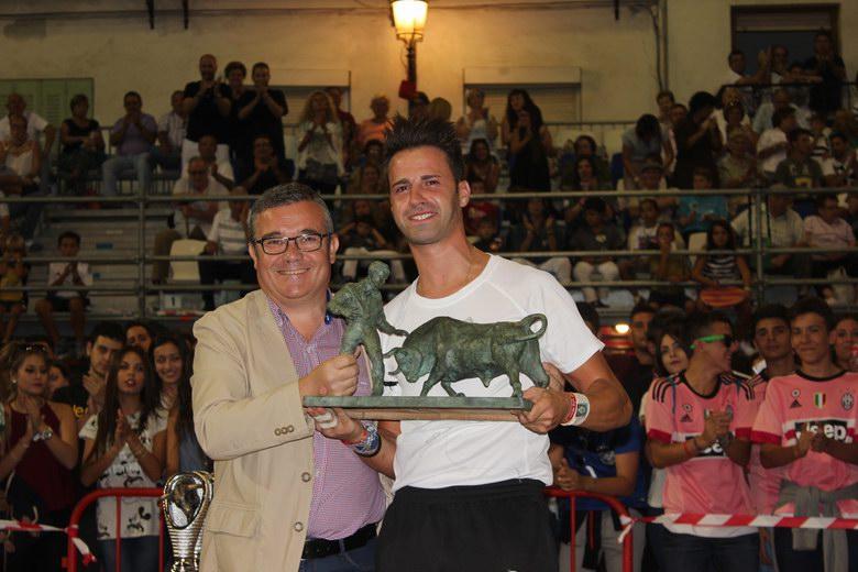 Javier Asenjo recibió el trofeo de manos del alcalde Guillermo Hita