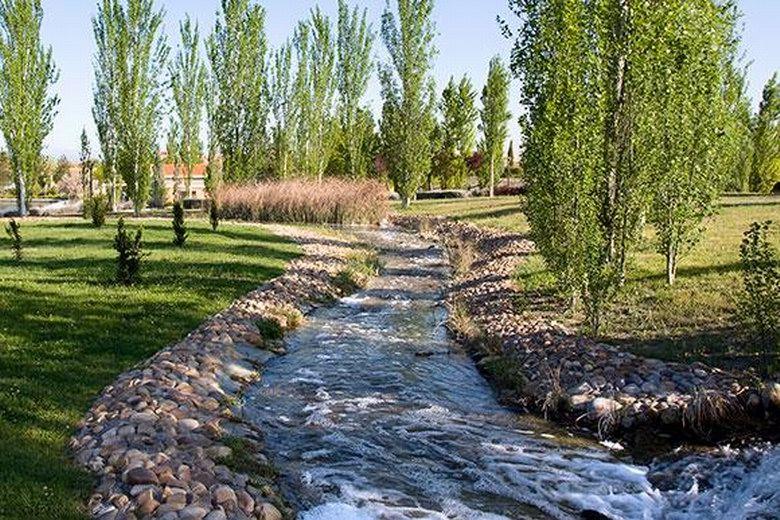 El lago del Parque Municipal de Pinto recupera su mejor aspecto