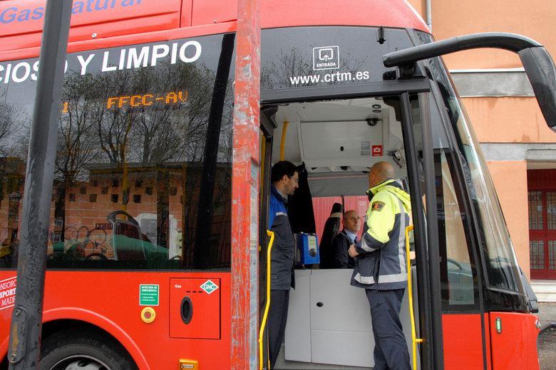 Policías locales de Valdemoro se suben a los autobuses para detectar las incidencias en los recorridos