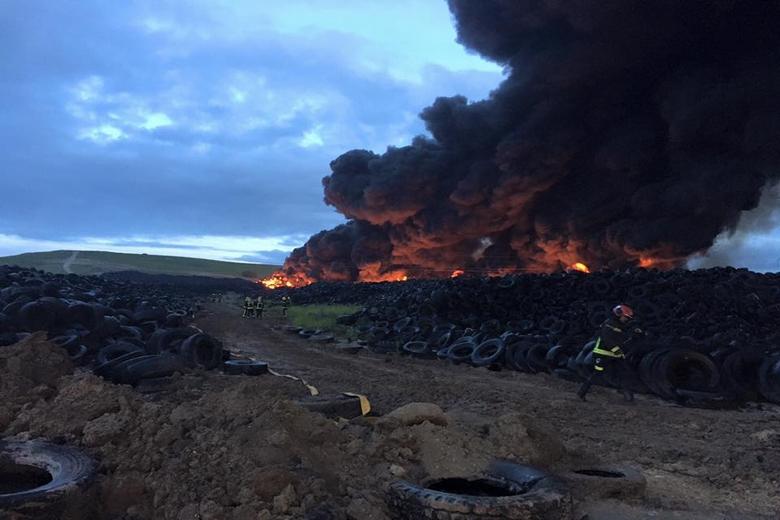 La Comunidad da por extinguido el incendio del depósito de neumáticos de Seseña