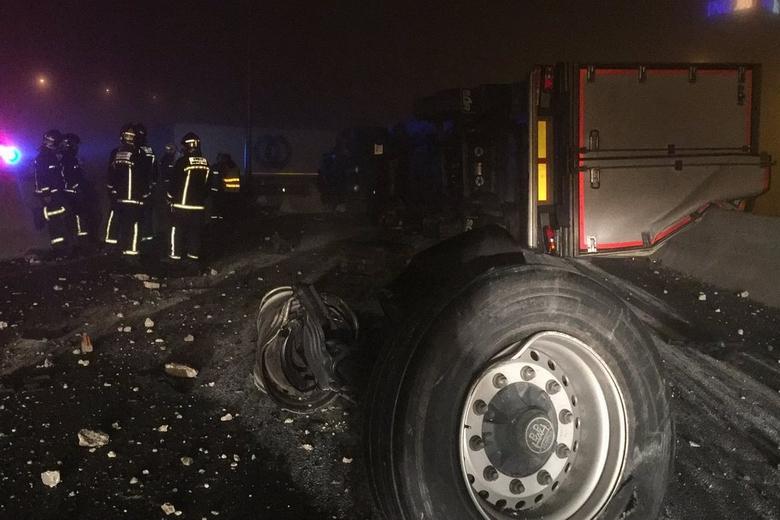 Dos heridos leves tras el choque de dos camiones en la M-50 a la altura de Las Rozas
