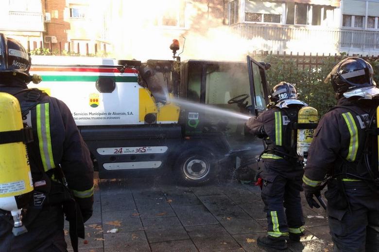 Los Bomberos de Alcorcón extinguen el incendio de una barredora en la Calle Cáceres