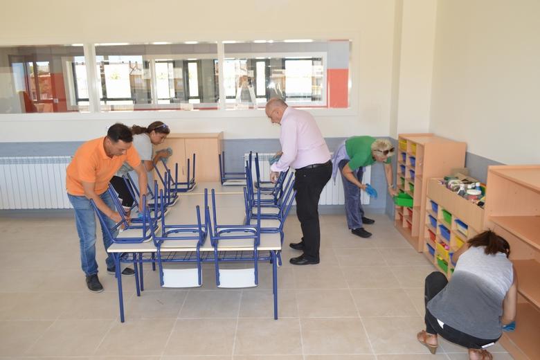 El alcalde de Parla y sus concejales trabajan en un colegio para que sus cuatro nuevas aulas estén listas