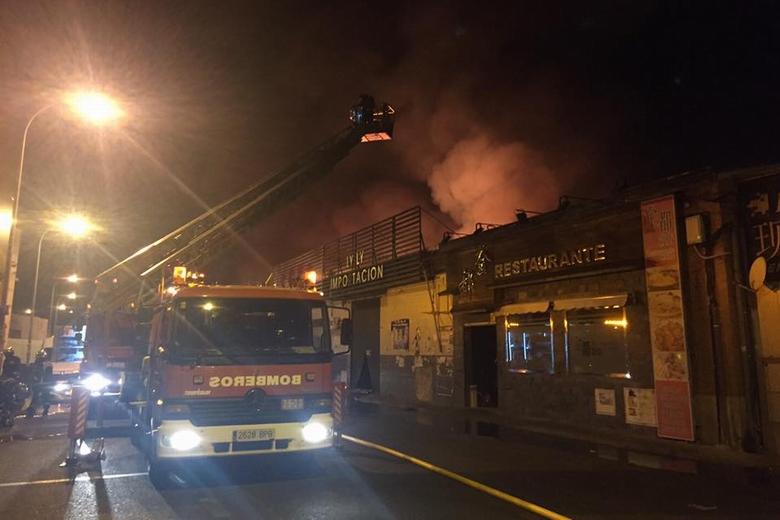 Grave incendio de dos naves en el Polígono Cobo Calleja de Fuenlabrada