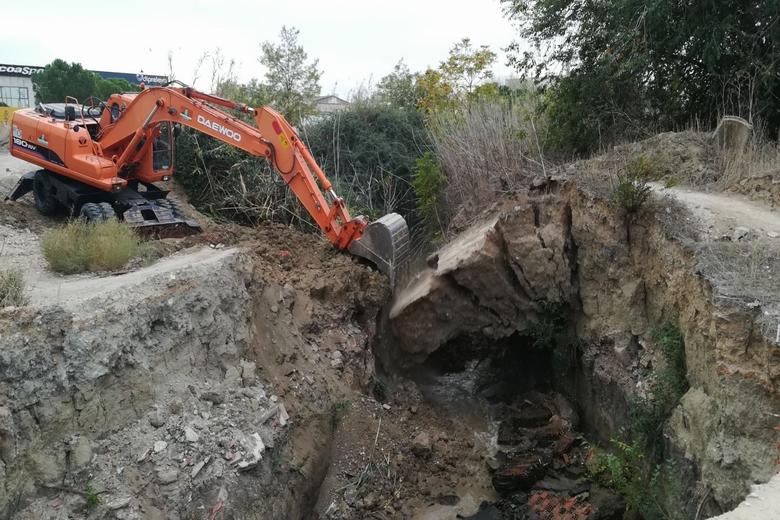 El Ayuntamiento de Pinto derriba un puente del Arroyo Culebro por ser muy peligroso