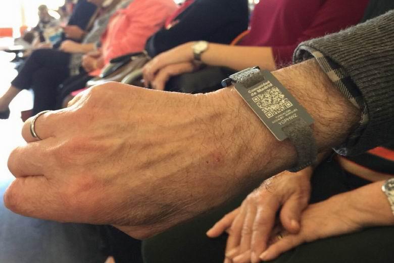 Tres Cantos abre el plazo para solicitar las pulseras de emergencia destinadas a personas mayores con alzheimer