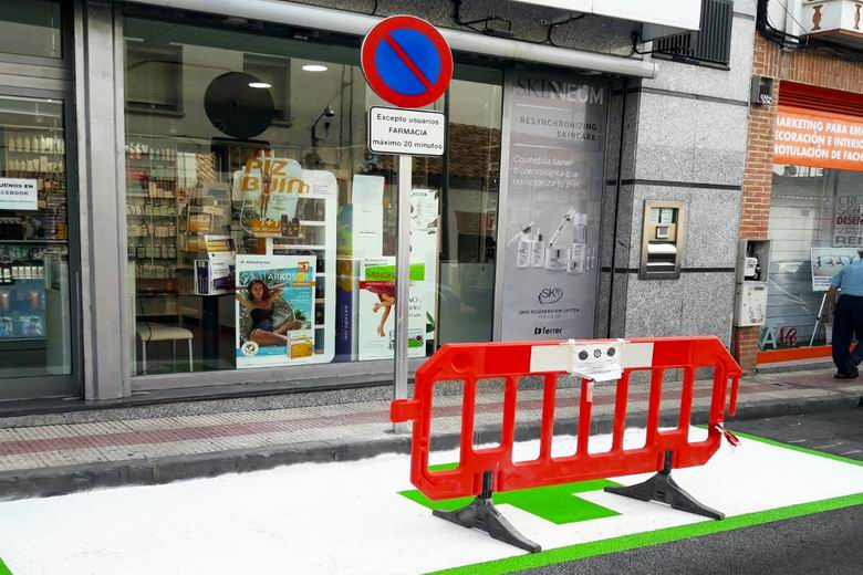 Parla comienza la señalización de plazas de aparcamiento reservadas para las 26 farmacias del municipio
