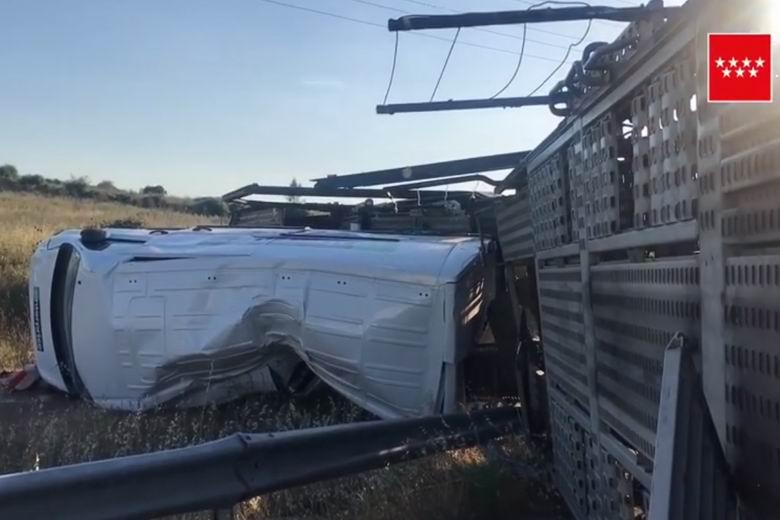 El vuelco de un trailer cargado con tres furgonetas obliga a cortar la M-607 dirección Madrid
