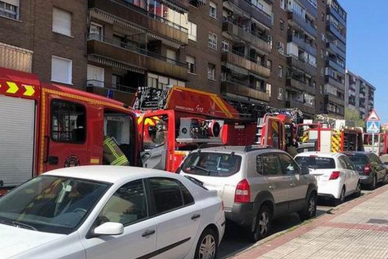 Los Bomberos de Alcorcón rescatan a una persona inconsciente tras un incendio en una vivienda del municipio