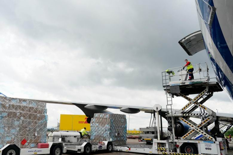 La Comunidad de Madrid recibe su decimotercer avión cargado con material sanitario para combatir el COVID-19