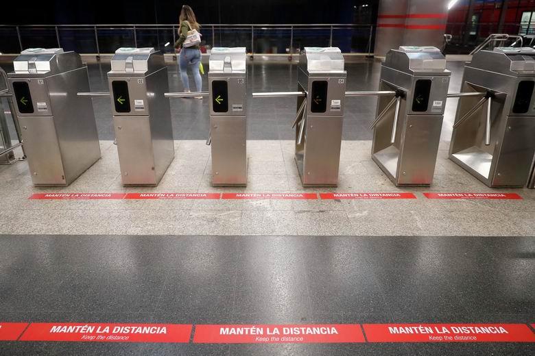 Metro prepara la desescalada con una nueva señalización para proteger a los viajeros del COVID-19