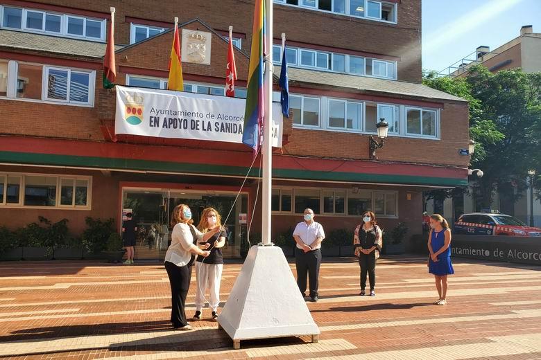 Alcorcón iza la bandera arcoíris con motivo de la celebración del Día Internacional del Orgullo LGTBI