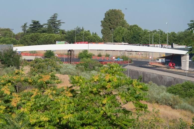 Colocada la estructura superior de la nueva pasarela peatonal y ciclista en la Avenida Pablo VI sobre la M-503 en Pozuelo de Alarcón