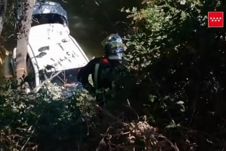 Rescatado en Alcalá un hombre de 78 años que cayó con su coche al río Henares