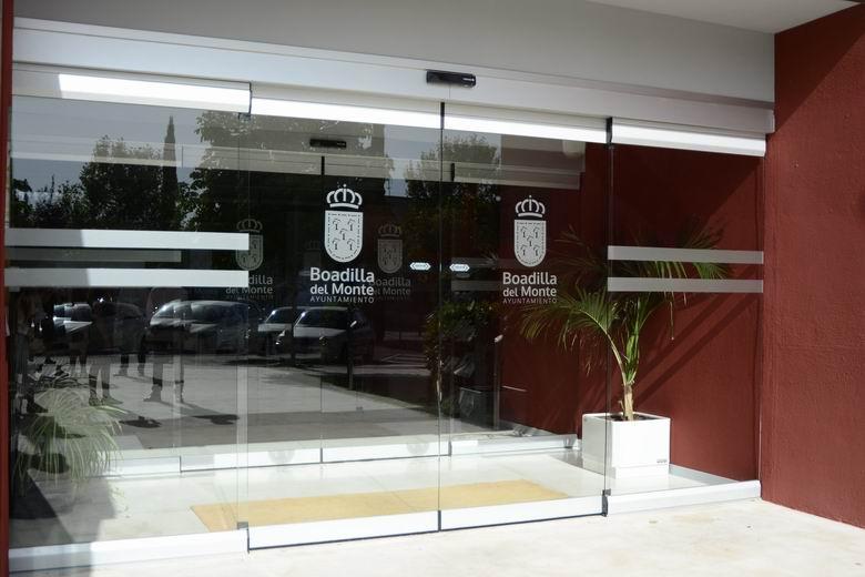Boadilla instala puertas automáticas de acceso al Auditorio Municipal como medida de seguridad frente al COVID-19