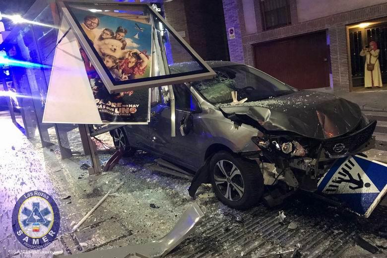 Heridas dos personas en Las Rozas tras el impacto de un coche contra una parada de autobús