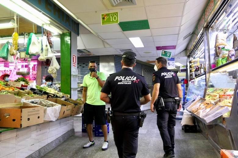 La Policía Municipal de Móstoles ha interpuesto 52 actas de infracción por uso indebido de la mascarilla durante el fin de semana
