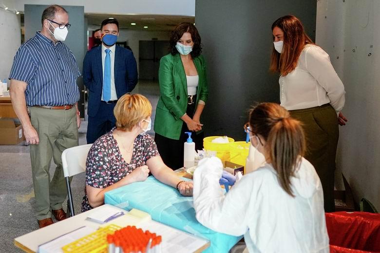 Díaz Ayuso reconoce la iniciativa de Arroyomolinos de hacer un estudio de seroprevalencia a los vecinos del municipio