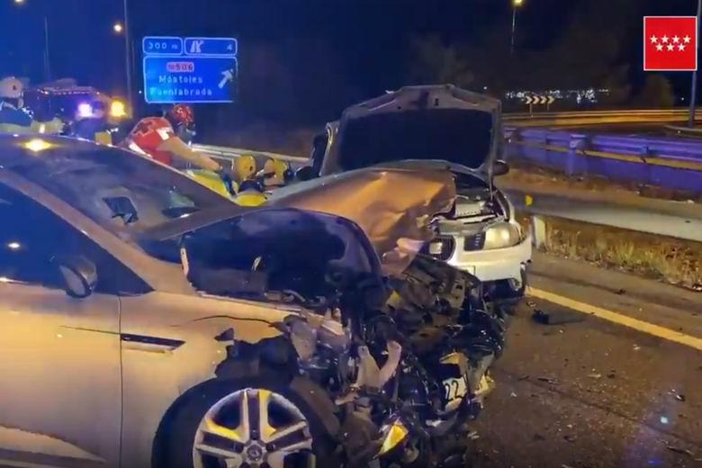 Herido muy grave un joven de 16 años tras una colisión entre dos turismos en la M-407 a la altura de Fuenlabrada