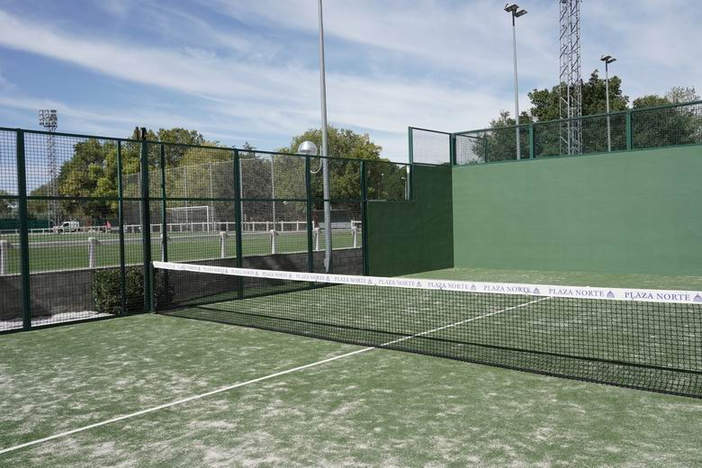 El polideportivo Dehesa Boyal de San Sebastián de los Reyes renueva el césped artificial de sus siete pistas de pádel