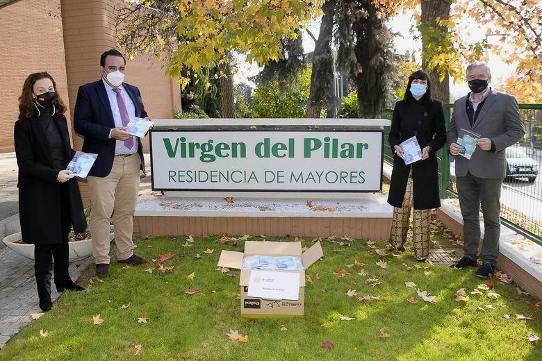 Boadilla reparte mascarillas quirúrgicas a todos los vecinos que viven en las residencias de la ciudad