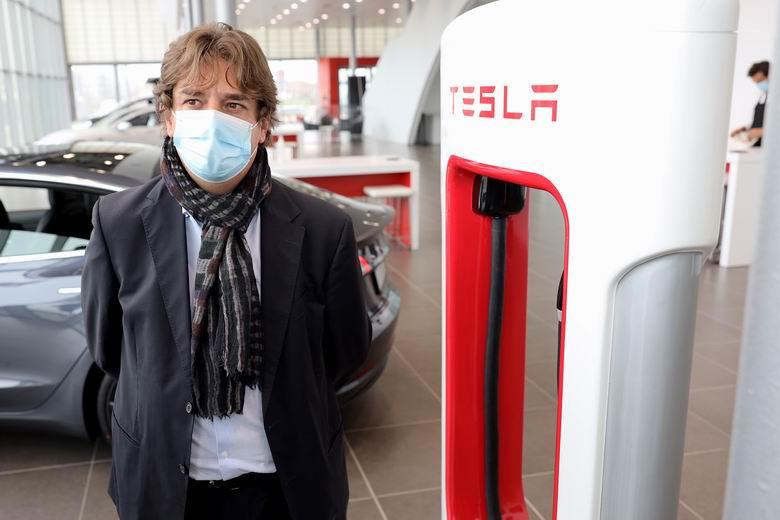 El alcalde de Fuenlabrada, Javier Ayala, visita el nuevo espacio Tesla inaugurado en la ciudad