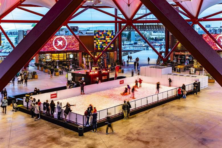 El centro comercial X-Madrid de Alcorcón arranca la Navidad con una pista de hielo natural