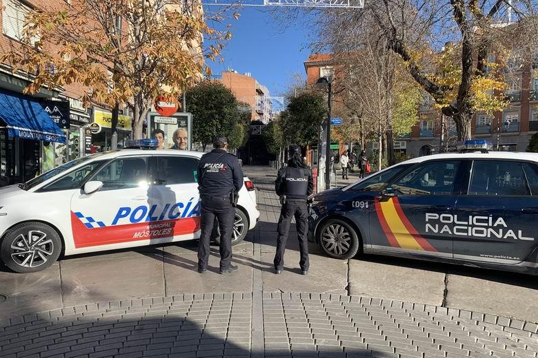 La Policía Nacional y Local intensifican su presencia en las zonas comerciales de Móstoles durante las fechas navideñas