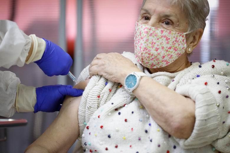 Sanidad comenzará este miércoles a citar a los mayores de 80 años para iniciar el jueves la vacunación contra el COVID-19 en su centro de salud