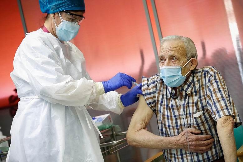 La Comunidad de Madrid comenzará a vacunar a los mayores de 80 años desde este jueves en los centros de salud