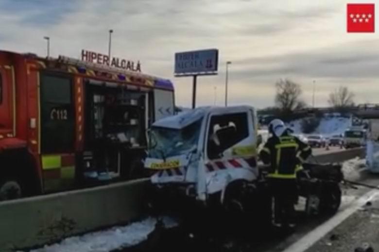 Heridos graves dos operarios de mantenimiento de carreteras tras ser golpeados por un camión en la A-2 a la altura de Alcalá de Henares