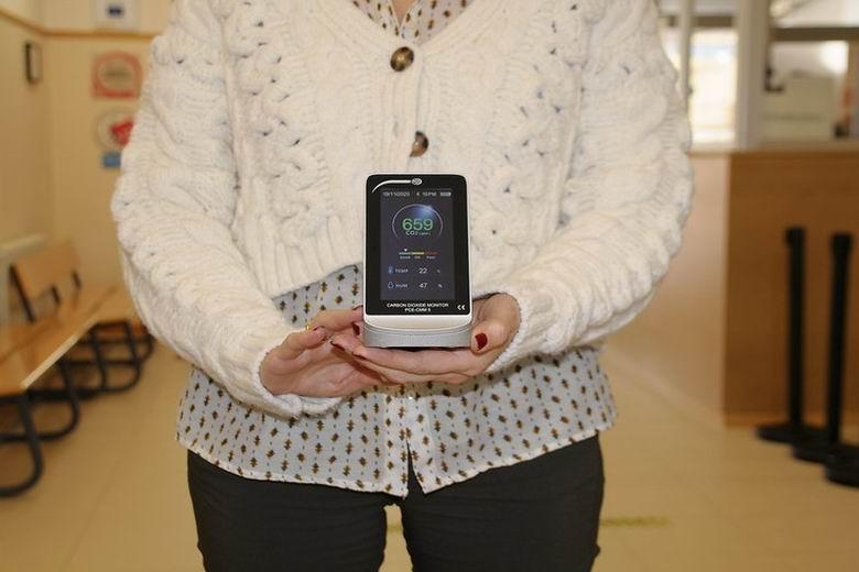 Boadilla entrega medidores de CO2 a los centros escolares para garantizar la calidad del aire en las aulas