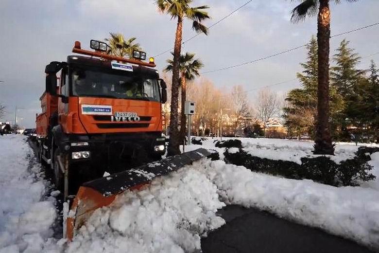 Más del 60 % de calles y carreteras de Boadilla ya están libres de nieve y transitables