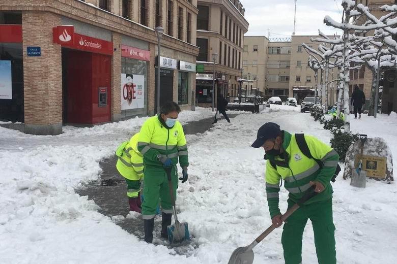 Las Rozas refuerza sus medios técnicos con 6 retroexcavadoras para retirar la gran cantidad de nieve acumulada