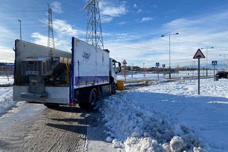 Majadahonda refuerza sus medios  técnicos con retroexcavadoras y tractores para retirar la gran cantidad de nieve  acumulada en el municipio