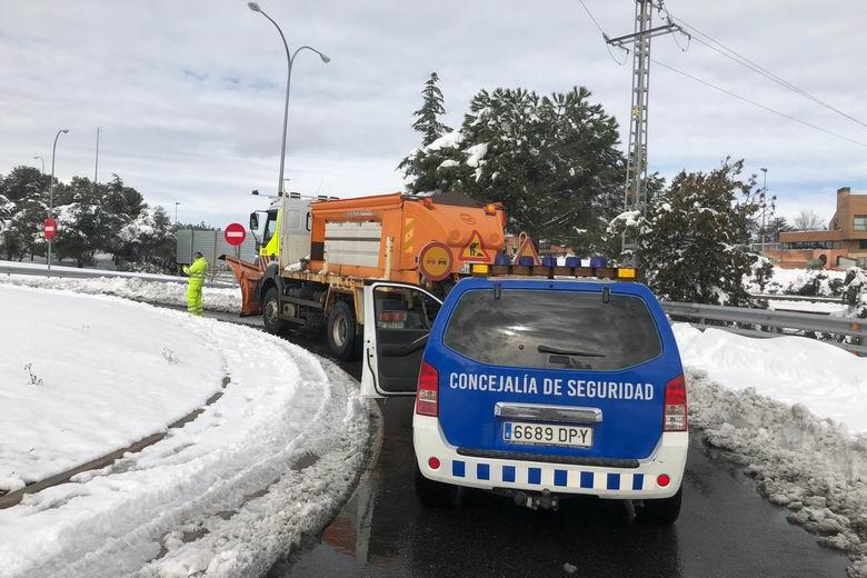 Los equipos municipales de Torrelodones y los refuerzos incorporados trabajan a marchar forzadas para quitar la nieve y el hielo y recuperar la movilidad en el municipio
