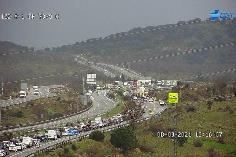 Importantes retenciones en la A-1 por un accidente a la altura de Buitrago de Lozoya que ha obligado a cortar la autovía