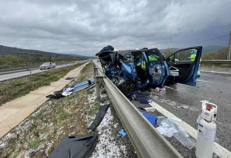 Dos heridos graves tras un aparatoso accidente de tráfico en la A-1 con cuatro turismos implicados