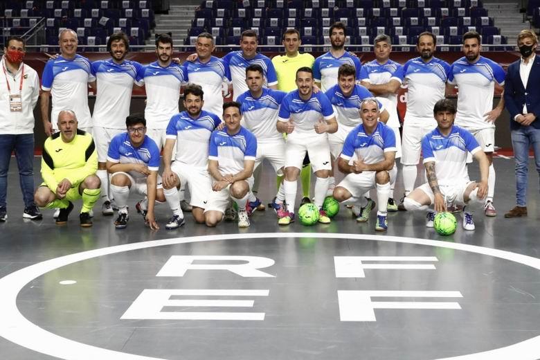 Sanitarios de la Comunidad de Madrid juegan al fútbol con veteranos de la Selección en homenaje a su labor en la pandemia