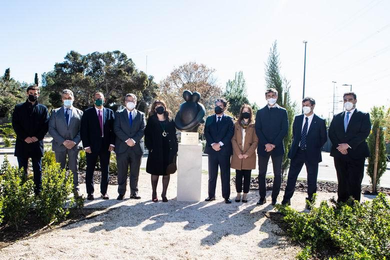 Pérez Quislant descubre la escultura con la que Pozuelo recordará a todos los fallecidos durante la pandemia